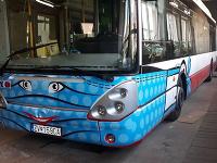 Po meste jazdí autobus MHD s vyobrazeným usmievavým rúškom