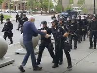 Policajt na proteste strčil do seniora, ten zostal ležať na chodníku