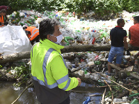 Čistenie vodného toku je súčasťou pracovných aktivít envirorezortu pri príležitosti pripomenutia si Svetového dňa životného prostredia.