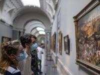Návštevníci svetoznámych inštitúcií ako Museo del Prado, Museo Reina Sofía či Museo Thyssen-Bornemisza musia dodržiavať dvojmetrovú vzdialenosť a mať tvárové rúško.