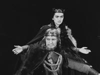 Eva Kristínová ako Lady Macbethová a Ladislav Chudík ako kráľ Macbeth
