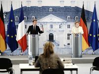 Nemecká kancelárka Angela Merkelová a francúzsky prezident Emmanuel Macron počas stretnutia na zámku Meseberg
