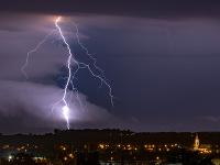 Silná búrka v Budapešti si vyžiadala dve zranenia