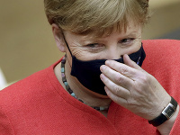 Angela Merkelová s ochranným rúškom