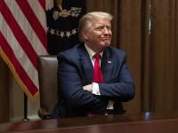 Donald Trump berie epidémiu koronavírusu na ľahkú váhu.