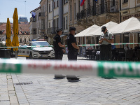 Polícia zasahovala v centre Bratislavy, ulicami sa pohyboval ozbrojený muž.