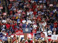 Tisíce prívržencov amerického prezidenta prišli do mesta Tulsa v štáte Oklahoma na jeho prvý predvolebný míting po prestávke spôsobenej pandémiou.