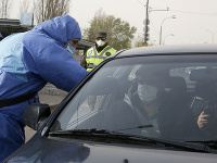 Zdravotník na Ukrajine kontroluje vodičovi teplotu