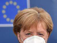 Nemecká kancelárka Angela Merkelová s ochranným rúškom na tvári prichádza na tretí deň summitu EÚ v Bruseli