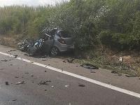 Čelnú zrážku auta s kamiónom neprežila jedna osoba.