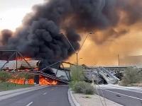 Vykoľajenie vlaku bolo príčinou čiastočného zrútenia mosta.