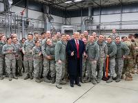Donald Trump s americkými vojakmi na základni v nemeckom Ramsteine.