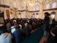 Na sociálnych sieťach sa opäť objavili príspevky, podľa ktorých je v Japonsku uzákonený zákaz islamu, moslim môže do krajiny vstúpiť iba na 15 dní a na japonských univerzitách nie je možné študovať arabčinu.