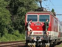 Mladíci riskovali svoj život, keď sa viezli na zadných nárazníkoch vlaku