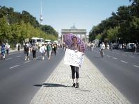 Demonštrantka drží transparent s nápisom Koniec koronavírusovej diktatúre na proteste proti reštrikciám zavedeným nemeckou vládou za účelom zastaviť šírenie koronavírusovej pandémie