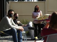 Rúška môžeme na tvárach Austrálčanov vidieť stále