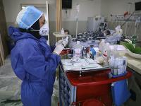Zdravotná sestra pripravuje lieky pre pacientov s COVID-19 v nemocnici Shohadaye Tajrish v Teheráne