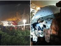 Dopravné lietadlo v Indii skĺzlo z dráhy a rozlomilo sa