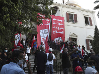 Protivládni demonštranti skandujú počas protestu pred libanonským ministerstvom zahraničných vecí v Bejrúte