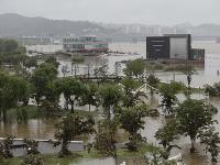 Južnú Kóreu sužujú záplavy a zosuvy pôdy