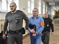 Na snímke uprostred obžalovaný Patrik Pachinger