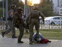 Polícia sa správa k demonštrantom nemilosrdne.