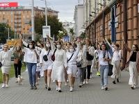 Ženy v bielom a kvetmi v rukách žiadajú právo na slobodu prejavu