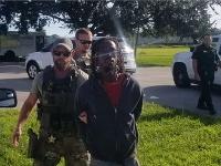 Na obrázku je v strede muž podozrivý z vraždy matky štyroch detí.