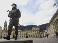 Vojak, ktorý má ochrannú masku, kráča na Bolivarovom námestí v Bogote v Kolumbii