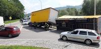 Na kruhovom objazde v Námestove sa prevrátil kamión