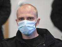 Obžalovaný Stephan Ballietis sedí v súdnej sieni 21. júla 2020 v nemeckom Magdeburgu