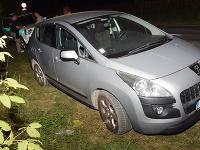 Trojica mužov rozbila okno na aute a potom ho vykradla