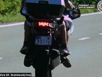 Motocyklista bez ochranného odevu šiel vyše 120 km/h