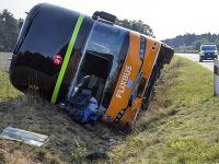 Na snímke pohľad na miesto nehody diaľkového autobusu na diaľnici A24 blízko mesta nemeckého Wöbbelin v spolkovej krajine Meklenbursko-Predpomoransko