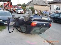 Opitý muž prevrátil svoje auto a zdemoloval ďalšie tri.