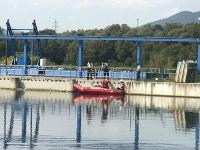 Polícia prijala oznámenie, že pri malej vodnej elektrárni v obci Šalková bolo nájdené telo človeka.