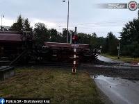Na železničnej trati Veľké Leváre - Závod v okrese Malacky sa vykoľajili dva vagóny nákladného vlaku