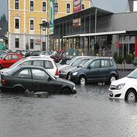 Dažde v Rakúsku zaplavili cesty a rozvodnili rieky