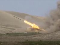 Na snímke boje medzi arménskymi a azerbajdžanskými vojenskými jednotkami v kontaktnej línii v samozvanom regióne Náhorný Karabach.