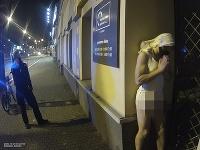 Polonahý muž v centre Plzne