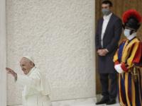 Pápež František, v pozadí Švajčiarska garda
