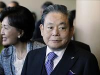 Riaditeľ spoločnosti Samsung I Kon-hui (vpravo)