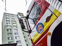 Príslušníci Hasičského záchranného zboru zasahujú pri požiari výťahovej šachty v bratislavskej Petržalke