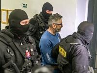 Policajti eskortujú obvineného Ľubomíra Kudličku do pojednávacej miestnostni