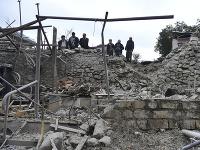 Muži sa pozerajú na škody v obytnej štvrti po ostreľovaní delostrelectvom Azerbajdžanu počas vojenského konfliktu v samozvanej republike Náhorný Karabach.