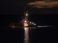 Najmenej osem utečencov sa utopilo po tom, čo sa v utorok večer ich čln prevrátil pri pobreží španielskych Kanárskych ostrovov