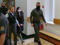 Na snímke uprostred 17-ročná Judita prichádza na Okresný súd SR v Žiline