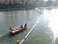 Hasiči asistujú pri odstraňovaní potopeného remorkéra spod Dunaja
