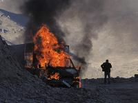 Na snímke muž stojí pri horiacom aute vedľa cesty vedúcej na horský priechod neďaleko hranice medzi Náhorným Karabachom a Arménskom počas bojov medzi arménskymi a azerbajdžanskými vojenskými jednotkami v samozvanom regióne Náhorný Karabach 8. novembra 202
