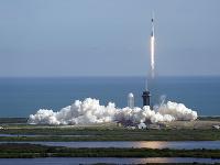 Štart nákladnej lode Crew Dragon spoločnosti SpaceX z Kennedyho vesmírneho strediska na Floride so zásobami pre Medzinárodnú vesmírnu stanicu (ISS)